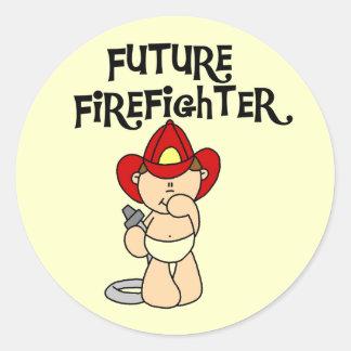 Camisetas y regalos futuros del bombero del bebé pegatina redonda