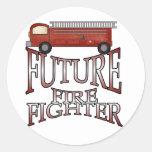 Camisetas y regalos futuros del bombero del coche etiqueta redonda