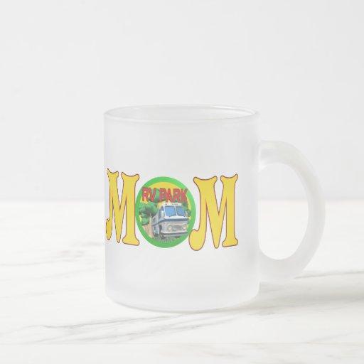 Camisetas y regalos que acampan para la mamá taza de cristal