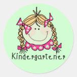 Camisetas y regalos rubios del Kindergartener del Pegatinas Redondas