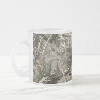 Camo del cráneo de los ciervos de la selva virgen taza de café esmerilada