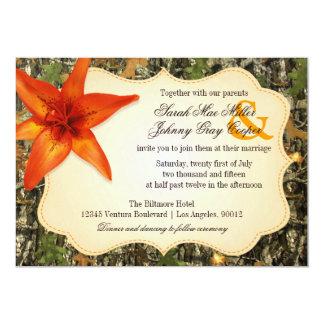 Camo e invitación anaranjada del boda del lirio