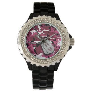 Camo rosado con las placas de identificación relojes