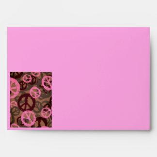 Camo/sobre rosado de los signos de la paz sobre