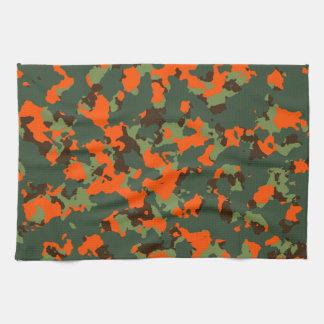 Camo verde con el naranja del resplandor de la toalla