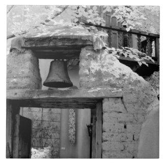 Campana áspera del adobe en la entrada, Santa Fe,  Azulejo Cuadrado Grande