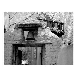 Campana áspera del adobe en la entrada Santa Fe Tarjeta Postal