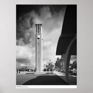 Campanario con los arcos en el edificio de bibliot póster