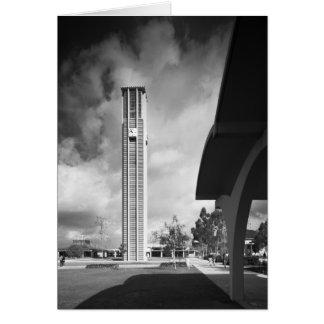 Campanario con los arcos en el edificio de tarjeta de felicitación