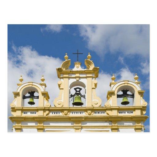 Campanario de la iglesia en el pueblo de montaña d tarjeta postal
