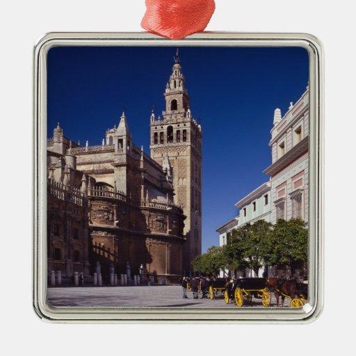 Campanario y catedral, Madrid, España de Giralda Adorno Cuadrado Plateado