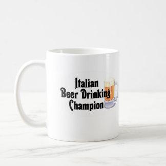 Campeón de consumición de la cerveza italiana taza