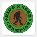 Campeón del escondite de Bigfoot Pegatina Cuadrada