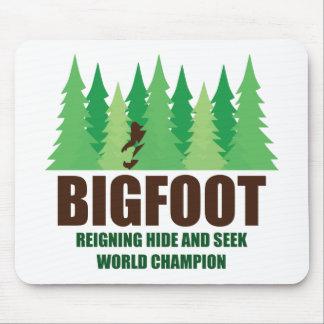 Campeón del mundo del escondite de Bigfoot Alfombrillas De Ratón