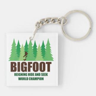 Campeón del mundo del escondite de Bigfoot Llavero Cuadrado Acrílico A Doble Cara