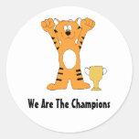 Campeón del tigre del dibujo animado con el trofeo etiqueta redonda