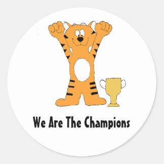 Campeón del tigre del dibujo animado con el trofeo pegatina redonda