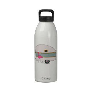 Campista con el flamenco botella de agua reutilizable