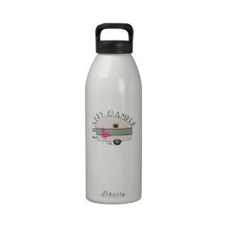 Campista contento botella de agua