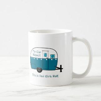 Campista contento de la lata tazas de café