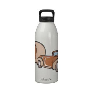 Campista y auto del vintage botellas de beber