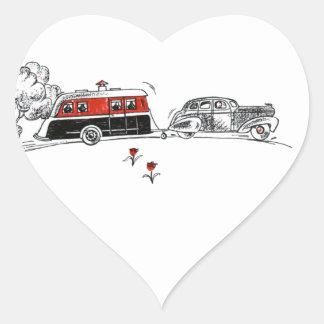 Campista y coche antiguos pegatina en forma de corazón