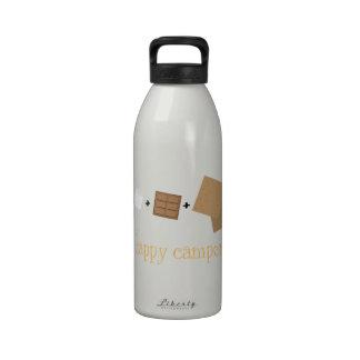 Campistas contentos botellas de beber