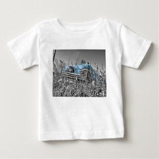 Campo blanco y negro del coche azul clásico playera
