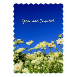 """Campo de flor amarillo precioso del cielo azul del invitación 5"""" x 7"""""""