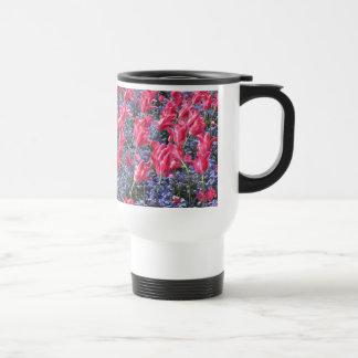 Campo de flor rosado y púrpura tazas de café