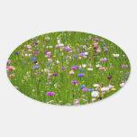 Campo de flores calcomanías ovales personalizadas