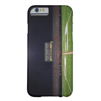 Campo de fútbol americano iluminado en la noche funda de iPhone 6 barely there