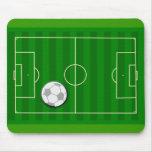 Campo de fútbol y bola alfombrillas de raton