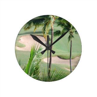 Campo de golf en reloj de las zonas tropicales