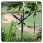Campo de golf en reloj de pared de las zonas tropi