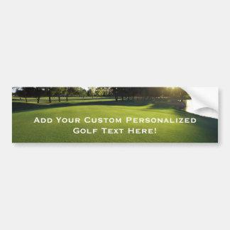 Campo de golf verde en el amanecer etiqueta de parachoque
