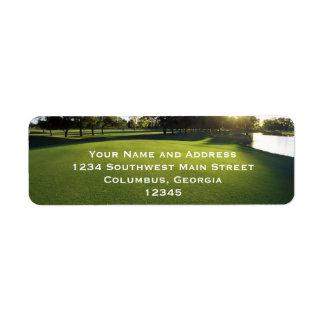 Campo de golf verde en el amanecer etiquetas de remite