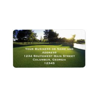 Campo de golf verde en el amanecer etiqueta de dirección