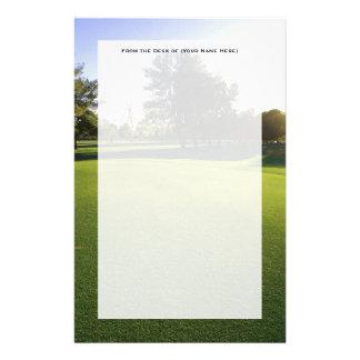 Campo de golf verde en el amanecer  papeleria de diseño