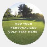 Campo de golf verde en el amanecer pegatina redonda
