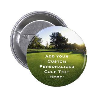 Campo de golf verde en el amanecer pin