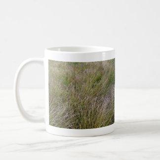 Campo de la hierba seca y del seto amarillos tazas