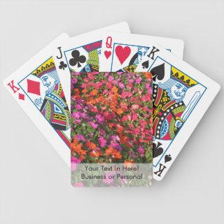 Campo de las flores anaranjadas rosadas púrpuras d baraja cartas de poker
