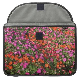 Campo de las flores anaranjadas rosadas púrpuras d funda para macbook pro
