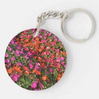 Campo de las flores anaranjadas rosadas púrpuras d llavero redondo acrílico a doble cara