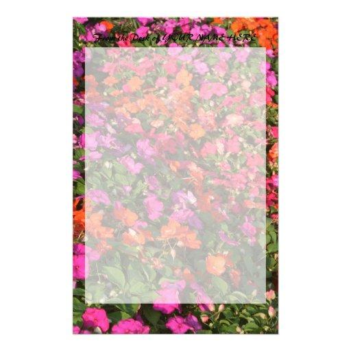 Campo de las flores anaranjadas rosadas púrpuras d  papeleria de diseño