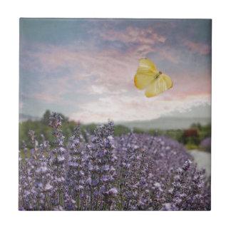 Campo de las flores de la lavanda, cielo azul, azulejo cuadrado pequeño