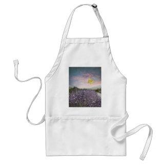 Campo de las flores de la lavanda, cielo azul, delantal