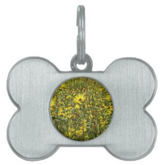 Campo de las flores salvajes amarillas para la placas de nombre de mascota