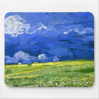 Campo de trigo bajo bella arte nublada de Van Gogh Tapete De Raton